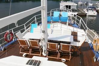 Место для отдыха на носу парусной яхты Данапр