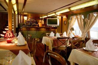 Один из ресторанов на борту Лайнера De Luxe