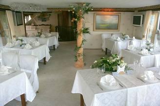 Ресторан в белом зале на лайнере De Luxe
