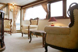 Белый зал на лайнере De Luxe