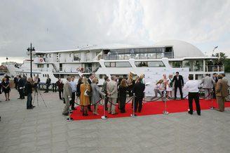 Заход гостей на борт лайнера  De Luxe