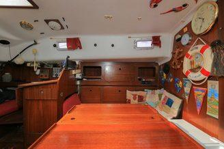 Кают-компания и панель приборов парусной яхты Благодать