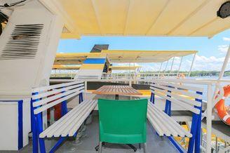 Столик на корме верхней палубы теплохода Каштан-17