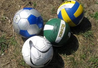 Волейбольные и футбольные мячи