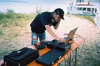 Диджей с оборудованием на острове