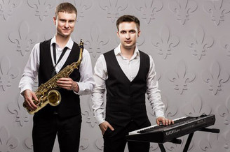 Музыкальный дуэт на теплоходе: саксофон и синтезатор