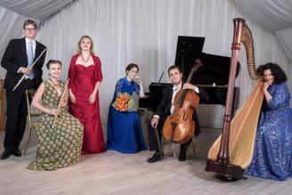 Музыкальный коллектив на сцене: дудук, виолончель и арфа