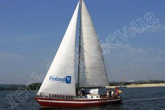 Парусная яхта Риф идет по реке Днепр