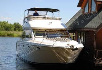 Моторная яхта Меридиан-411 у причала