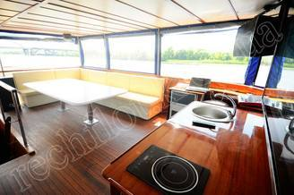 Места отдыха на летней террасе моторной яхты Соломия