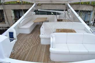 Банкетные места на верхней палубе моторной яхты Натали