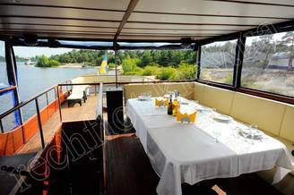 Банкетный стол на летней террасе моторной яхты Соломия