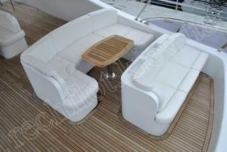 Диваны на верхней палубе моторной яхты Натали