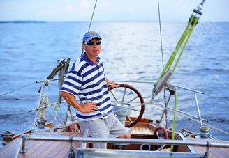 Шкипер на кокпите парусной яхты Электра