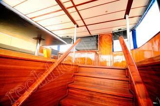 Выход на летнюю террасу на второй палубе моторной яхты Соломия