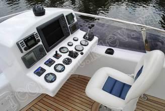 Место капитана на верхней палубе моторной яхты Натали