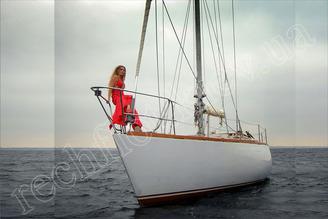 На носовой части парусной яхты Электра