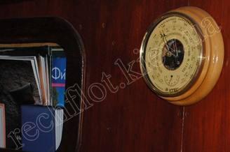 Приборы в кают-компании парусной яхты Норд