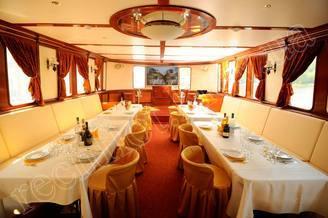 Банкет в салоне-ресторане моторной яхты Соломия