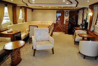 Кают-компания моторной яхты Натали