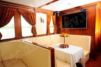 Плазма в салоне-ресторане моторной яхты Соломия