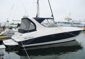 Вид моторной яхты Ларсон-370 у причала