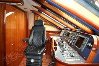 Капитанская рубка моторной яхты Натали