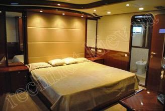 Кровать в каюте моторной яхты Натали