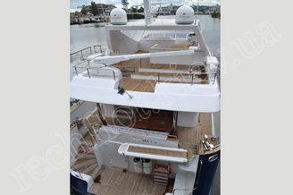 Корма и флайбридж моторной яхты Натали