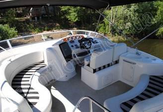 Место капитана на верхней палубе моторной яхты Меридиан-411