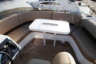 Столик на флайбридже моторной яхты Принцесс-45