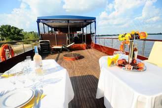 Летняя терраса на второй палубе моторной яхты Соломия