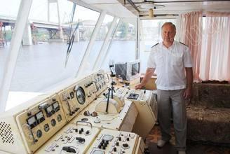 Капитан в капитанской рупке теплохода Яков Задорожный