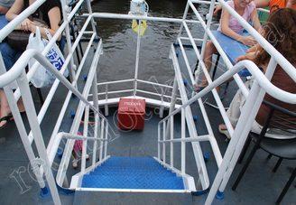 Спуск на первую палубу теплохода Риверест