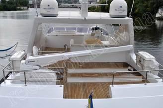 Кормовая часть верхней палубы моторной яхты Натали