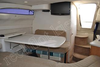 Стол в кают-компании катера Бейлайнер-2655
