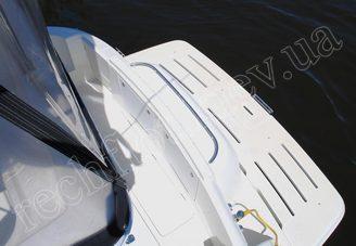 Корма моторной яхты Меридиан-411