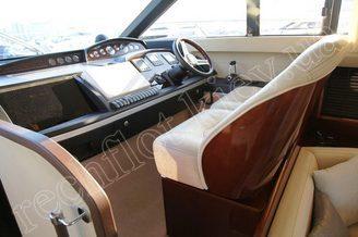 Капитанское место в салоне моторной яхты Принцесс-45