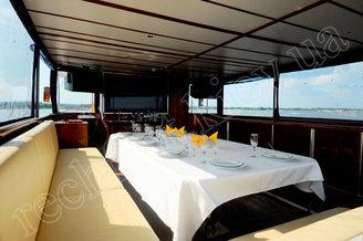 Банкетные места на лей террасе моторной яхты Соломия