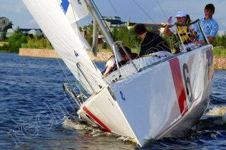 Участники корпоративной парусной регаты на реке Днепр