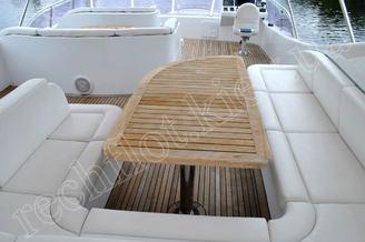 Столик на верхней палубе моторной яхты Натали