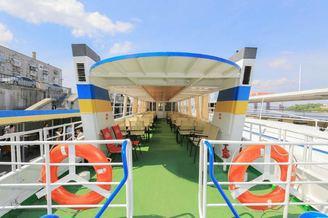 Летняя терраса второй палубы теплохода для гостей