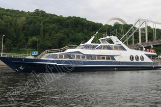 Моторная яхта Романтик проходит под мостом