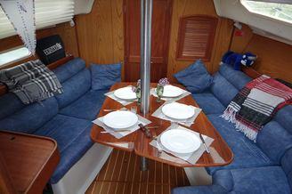 Кают-компания на парусной яхте HUNTER-320