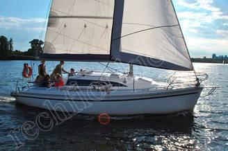 Яхта JANMOR с гостями на прогулке