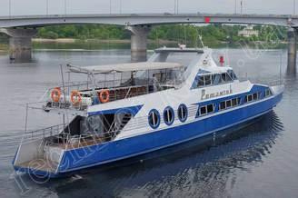 Вид с кормы на моторную яхту Романтик