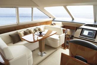 Место для банкета на моторной яхте Принцесс-54