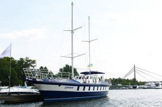 Парусная яхта Данапр на причале
