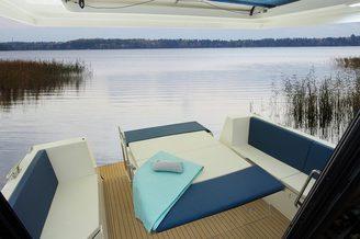 Место для отдыха с обеденным столом на яхте Дельфия