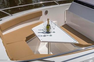 Носовая часть катера Атлантик-750 с засервированным столиком